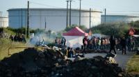 Des employés en grève bloquent l'accès à la raffinerie de Donges dans l'ouest de la France, le 23 mai 2016 [JEAN-SEBASTIEN EVRARD / AFP]