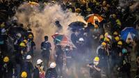 La police tire des gaz lacrymogènes pour disperser les manifestants, le 21 juillet 2019 à Hong Kong [Laurel CHOR / AFP]