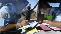 Deux hommes ont été arrêtés après s'être fait passer pour de faux policiers mettant des amendes sur l'autoroute. (illustration)