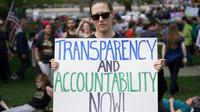 Manifestation pour appeler le président Donald Trump à rendre publiques ses déclarations de revenus et d'impôts, le 15 avril 2017 à Washington [Mandel Ngan / AFP]