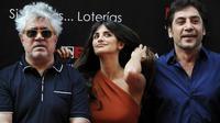 Le réalisateur espagnol, Pedro Almodovar (g), l'actrice Penelope Cruz (c) et son mari, Javier Bardem, le 27 juin 2011 à Madrid [Dominique Faget / AFP/Archives]