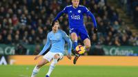 L'attaquant de Leicester Jamie Vardy devant le défenseur de Manchester City John Stones, le 26 décembre 2018 à Leicester  [Lindsey PARNABY / AFP]