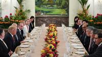 Le président Donald Trump (2e g) et la délégation américaine lors d'un déjeuner de travail avec le Premier ministre singapourien Lee Hsien Loong (3e d), le 11 juin 2018 à l'Istana [SAUL LOEB / AFP]