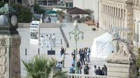 Une tente blanche a été montée sur le parvis de la gare Saint-Charles à Marseille le 1er octobre 2017, pour permettre aux enquêteurs de travailler [BERTRAND LANGLOIS / AFP/Archives]