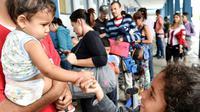 Des migrants vénézuéliens qui ont fui la crise économique dans leur pays attendent l'autorisation d'entrer sur le territoire péruvien, à Tumbes, au Pérou, à la frontière avec l'Equateur, le 24 août 2018 [CRIS BOURONCLE / AFP]