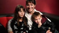 Aurelie Bingler avec ses enfants Jessie et Lola née avec une malformation du bras droit, à Guidel le 6 novembre 2018 [Fred TANNEAU / AFP]