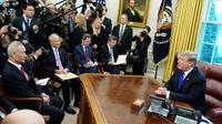 Le président américain Donald Trump rencontre le négociateur en chef chinois Liu He (g) dans le Bureau Ovale, le 22 février 2019 à la Maison Blanche, à Washington [MANDEL NGAN / AFP]