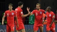 L'attaquant anglais Harry Kane félicité par ses coéquipiers après son 2e but face à la Tunisie lors du Mondial, le 18 juin 2018 à Volgograd [Mark RALSTON / AFP]