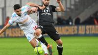 Morgan Sanson (G) dispute le ballon avec Lucas Tousart (D),lors d'OM-OL, le 18 mars 2018 à Marseille [ANNE-CHRISTINE POUJOULAT / AFP]
