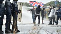 """Heurts aux abords de la """"Jungle"""" de Calais entre des forces de l'ordre et des migrants appuyés par des militants d'ultra-gauche, le 1er octobre 2016 [PHILIPPE HUGUEN / AFP]"""