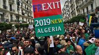 Des Algériens manifestent en masse le 22 mars 2019 dans la capitale Alger pour réclamer le départ du président Abdelaziz Bouteflika [RYAD KRAMDI                         / AFP]