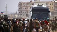 Des rebelles syriens et leurs familles commencent à quitter Deraa, ex-bastion de la révolte anti-Assad le 15 juillet 2018 [Mohamad ABAZEED / AFP]