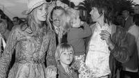 Anna Pallenberg aux côtés de Keith Richard et leurs trois enfants, le 12 mai 1971 à Cannes [STRINGER / AFP/Archives]