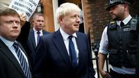 Boris Johnson, au centre, sort de son quartier général de campagne, le 22 juillet 2019 à Londres.
