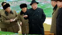 Photo fournie par l'agence nord-coréenne Kcna le 9 décembre 2017 du leader nord-coréen Kim Jong-Un à Samjiyon County [- / KCNA VIS KNS/AFP]