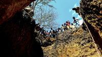 Des mineurs illégaux au bord d'un gouffre où ils espèrent trouver des pierres précieuses, près du village de Nthoro, le 3 août 2018 au Mozambique  [EMIDIO JOSINE / AFP]