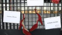 Une photo prise le 25 novembre 2017 près du palais de justice de Nantes montre des chaussures peintes en rouge représentant toutes les femmes victimes de violence domestique, de harcèlement, de viol, d'agression sexuelle ou de féminicide, ainsi que le nom et l'âge des victimes, lors d'une manifestation près du tribunal de Nantes.