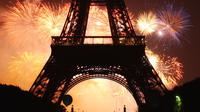 La Tour Eiffel, lors du feu d'artifice tiré en 2002 depuis le Trocadéro