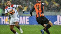 L'attaquant de Lyon Memphis Depay (g) face au défenseur du Shakhtar Donetsk Serhiy Kryvtsov en Ligue des champions, le 12 décembre 2018 à Kiev  [SERGEI SUPINSKY / AFP]