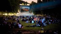 """L'écran de cinéma installé sur les pelouses du Domaine national de Saint-Cloud pour le festival """"Films sous les étoiles"""""""