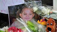 Des fleurs entourent la photo de la jeune Fiona, disparue depuis un an.