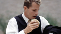 Déconcentré, celui qui mange debout mâchera, puis digèrera moins bien.