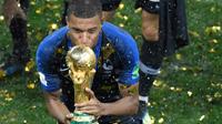L'édile invite les trois plus jeunes joueurs de l'équipe, dont Kylian Mbappé, à dédicacer la Légion «à tous les héros anonymes qui ont combattu pour notre pays».