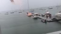 Malgré ces images impressionnantes de la foudre s'abattant sur le voilier, personne n'a été blessé.
