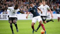 Les joueurs français et allemands ont passé une majeure partie de la nuit dans les vestiaires du Stade de France.