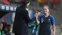 La sélectionneuse Corinne Diacre et l'attaquante des Bleues Eugénie Le Sommer.
