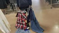 Sa mère l'a obligé à acheter ce qu'il portera pendant la semaine dans une boutique caritative.