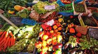 Des étals de fruits et légumes sur un marché