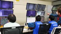 Les opérateurs de la centrale nucléaire de Fukushima retirent le combustible nucléaire de la piscine du réacteur numéro 3 à distance, à l'aide d'une grue télécommandée.