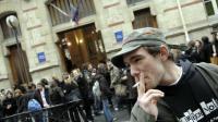 Des proviseurs autoriseraient leurs élèves à fumer dans la cour de récréation.