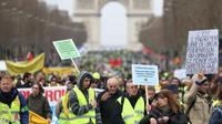 Les femmes étaient en tête du cortège des gilets jaunes à Paris, qui a quitté l'Arc de Triomphe aux alentours de 11h30, pour descendre les Champs Élysées.