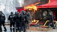 La brasserie huppée du Fouquet's brûle, lors de l'acte XVIII des gilets jaunes, le samedi 16 mars.