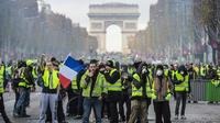 Des gilets jaunes sur les Champs-Elysées, à Paris, le samedi 24 novembre.