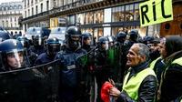 Un face-à-face entre des forces de l'ordre et des gilets jaunes, dont le «RIC» est l'une des revendications, le 15 décembre 2018, à Paris.