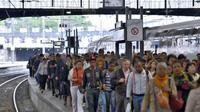Des voyageurs à la Gare de Saint Lazare le 13 juin 2013 lors d'une grève nationale de la SNCF