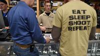 """""""Mange. Dors. Tire. Recommence."""" Peut-on lire sur le T-shirt de ce client d'une boutique d'armes du New Jersey, le 9 décembre 2015."""