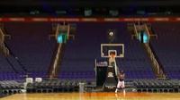 Vidéo : il marque un panier de basket de plus de 33 m, record du monde