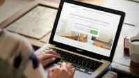 Les clients d'Hassle peuvent trouver une aide-ménagère d'un simple clic, à 7,95 euros de l'heure (après déduction fiscale de 50 %).