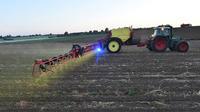 Un agriculteur arrose un champ au glyphosate.