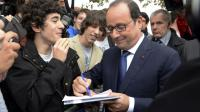François Hollande signe un mot d'excuse à des lycéens.
