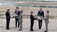 Sur le sable, après le discours d'Édouard Philippe, des gerbes de fleurs ont été déposées en silence. Le Premier ministre canadien Justin Trudeau était au côté d'Édouard Philippe pour l'occasion.
