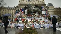 Des hommages aux victimes des attentats, place de la République à Paris, en janvier 2016.