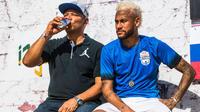 Le père de Neymar (à gauche) ne désespère pas de voir son fils retourner à Barcelone