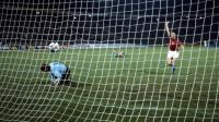 Sepp Maier (à gauche) est battu par le geste surprenant d'Antonin Panenka lors de la séance de tirs au but de l'Euro 1976.