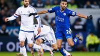 Riyad Mahrez (à droite) et Leicester vont tenter de conserver la tête de la Premier League à Liverpool lors du Boxing Day.
