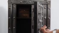 Le code et le contenu du coffre-fort sont restés un mystère pendant des décennies, jusqu'à ce qu'un visiteur trouve, de manière inattendue, la bonne combinaison pour l'ouvrir.